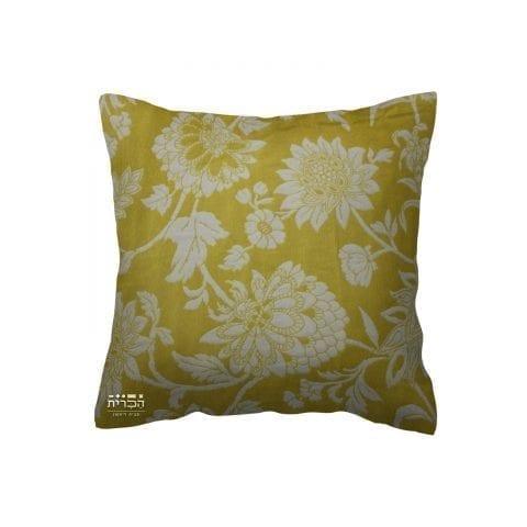 כרית צהובה עם פרחים בלבן