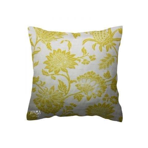 כרית פרחים צהובים ברקע בהיר
