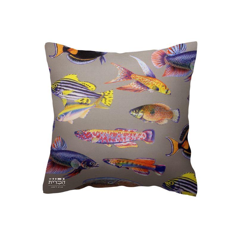 כרית דגים ברקע חום